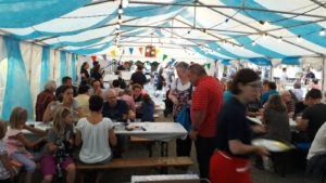 Dorfchilbi Biberist im Harmonie-Zelt mit musikalischer Unterstützung aus den eigenen Reihen.